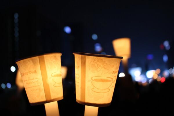 ソウルの光化門広場で行われるキャンドルデモ