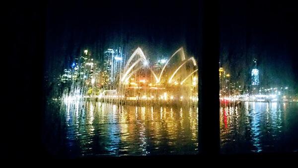オペラハウスの夜景を船室の窓から見ながら名残を惜しむ