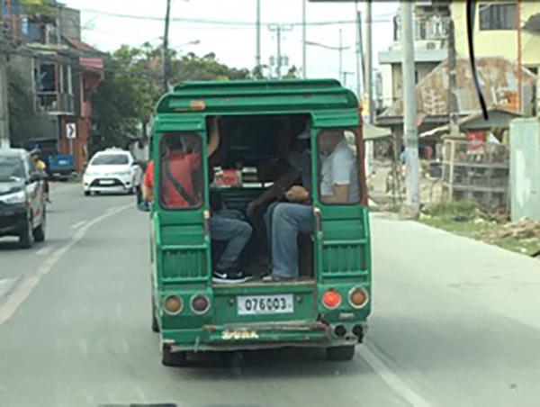 個人営業の乗合バスがたくさん走っている。乗車賃16ペソ、セブ市内だけなら8ペソ