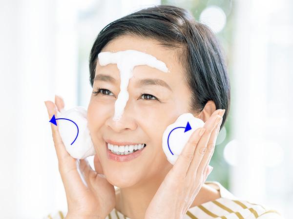 ごしごしこすらずに顔全体を洗います