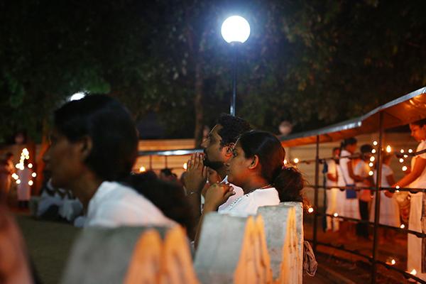 お寺に集い祈る人々