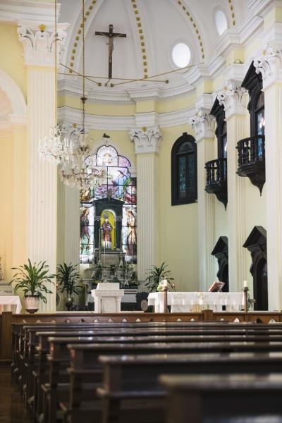 聖ローレンスと聖母伝説をモチーフにした美しいステンドグラス