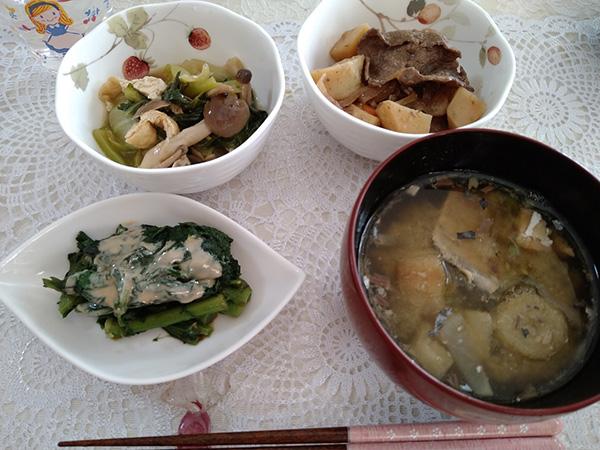 肉じゃが、チンゲン菜とシメジの炒め煮、春菊の練りごま和え、鯖の水煮入りみそ汁