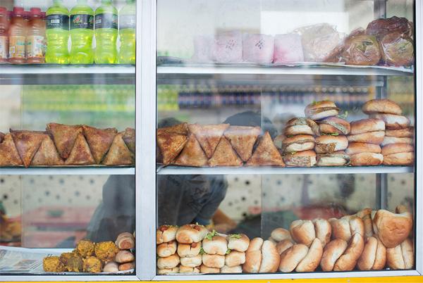 カレーパンなど軽食を売っているお店、お共はミルクティー