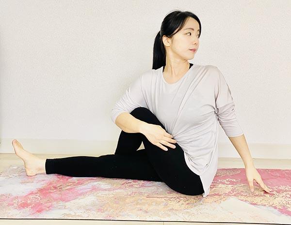 腰のストレッチ:【ツイストの刺激で自律神経を調整】