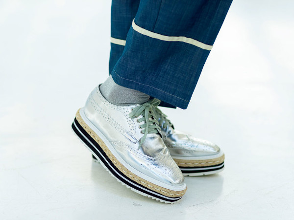 70代ファッション:シルバーの靴であか抜ける