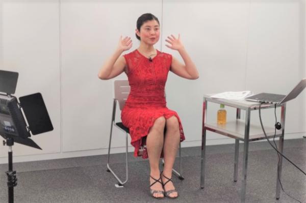 間々田佳子さんの表情筋トレーニング講座の様子