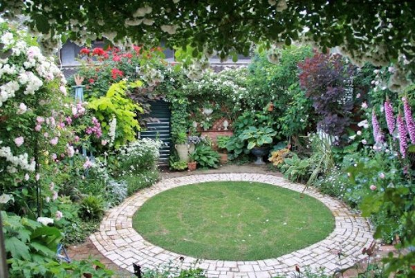 バラに囲まれた裏庭。これをイメージして制作した作品が……