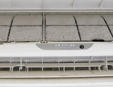掃除していないエアコンはホコリやカビで汚れている!