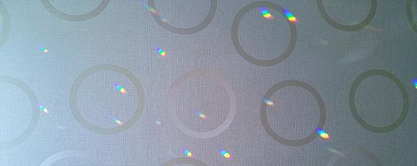 この季節、この時間にだけパソコンルームに差し込む七色の光