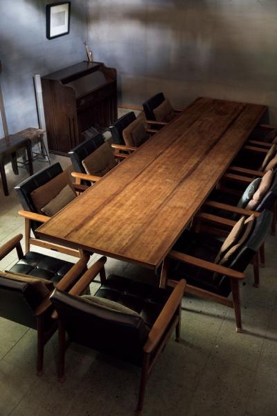 テーブルに用いた天板は友人に譲ってもらった友禅の染め板を再利用。蝋で磨くと染め模様の跡が浮き出る