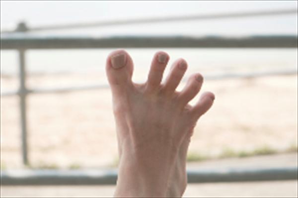 足指じゃんけん「パー」。指の間が、手の人差し指が入るくらい開けば合格です。