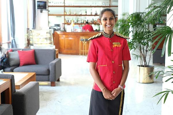 白亜の建物に赤い制服が映える(マウント ラビニア ホテル)