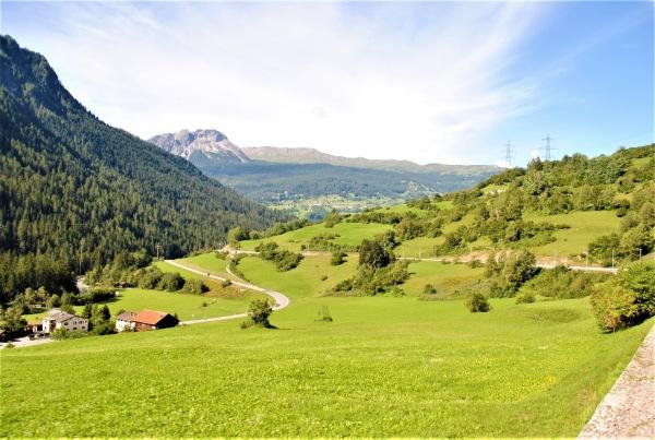 スイスの伝統的な山岳風景や、のどかな村々