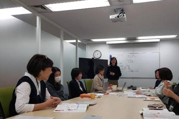 ふだんの企画会議の様子。会議のとき以上に(?)おやつ談義は盛り上がります。