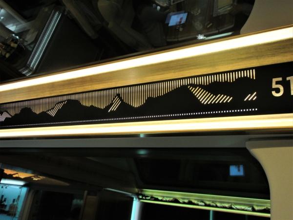 窓枠にはスイスの山々をモチーフにした装飾。トンネルに入ると光ります