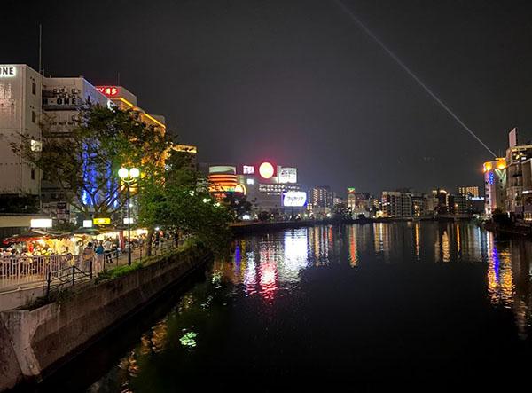 川沿いの中洲の夜景