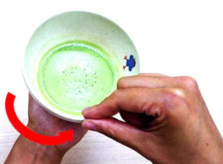 お抹茶のいただき方・飲み方 手順3:飲み口を拭う