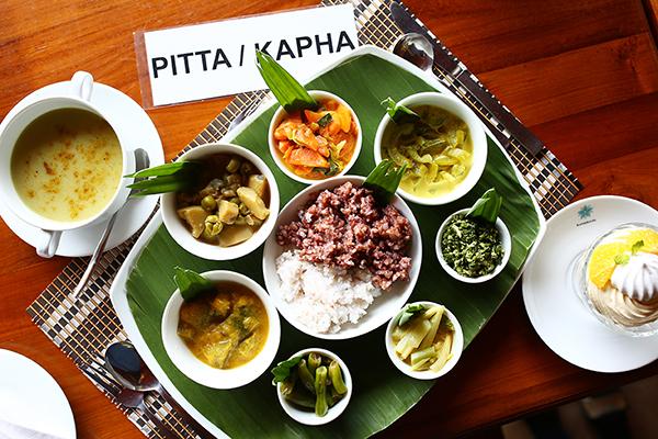 昼食はスリランカスタイルのライス&カレー