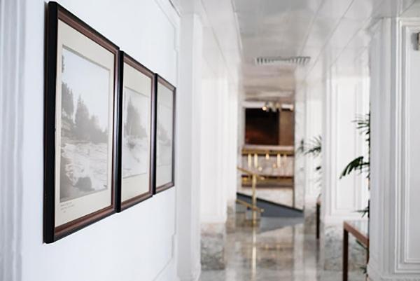 館内の廊下には歴史がわかる写真も飾られている(マウント ラビニア ホテル)
