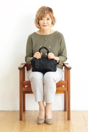 座り方のNG例:足を揃えると太ももの太さが目立つ