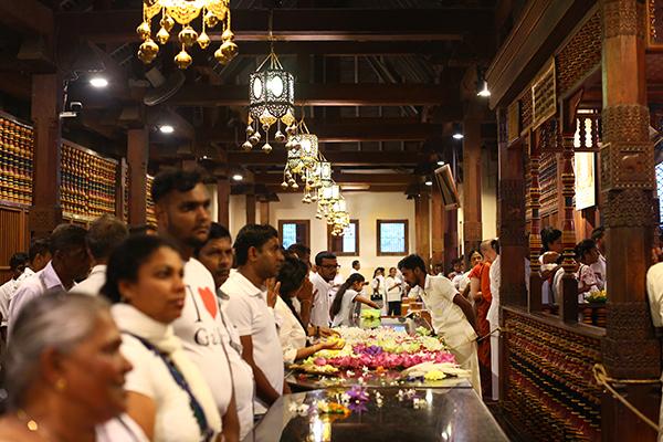 早朝5寺半の仏歯寺、家族で訪れる人が多い