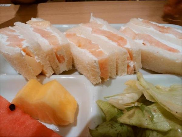 この日の季節のフルーツサンドは「桃のサンドイッチ」!
