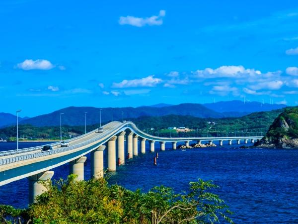 角島側から見た角島大橋。ポコンとせり出した部分はちょっとスリリング!?