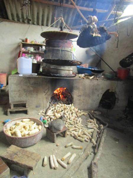 竈でトウモロコシを蒸留する、酒つくりの作業場を見せてもらえた。