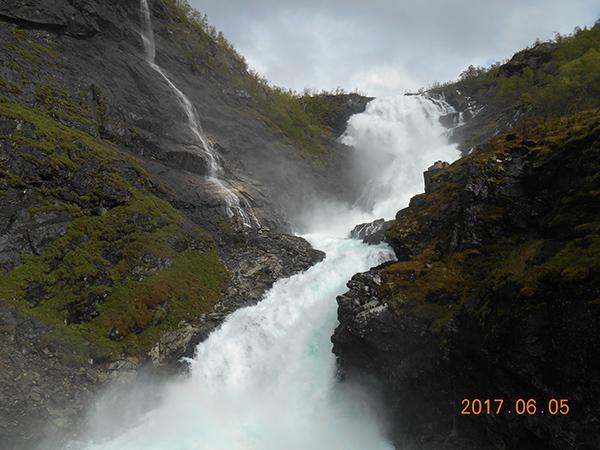 山肌を流れる滝