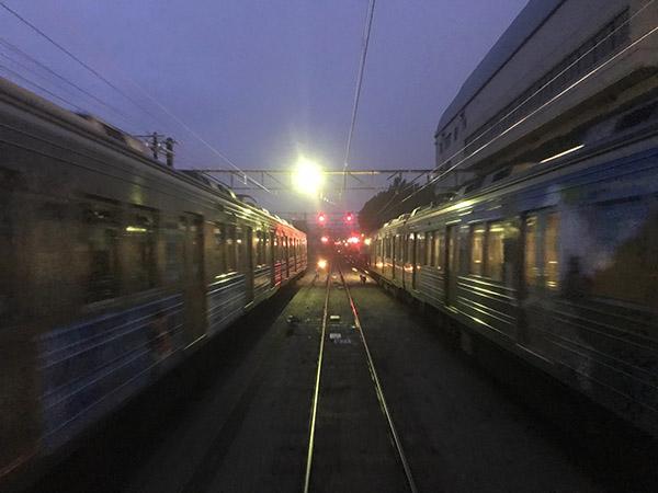 留置線に停車後、再び発車した夜行急行からの景色